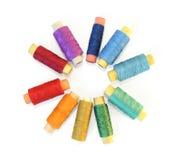Bandspulen der Farbengewinde auf Weiß Stockfoto