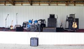 Bandstand mit Instrumenten stockbild