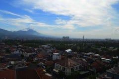 Bandung en stad som omgav vid berg Arkivbild