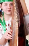 bandura zbliżenia dziewczyna bawić się portreta tennage zdjęcie royalty free