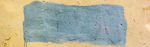 Baner av bakgrund av den gamla smutsiga väggen med det målade stället för din text Arkivfoto