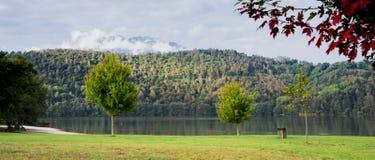 Baner av sjön Levico Termen, Italien arkivfoto