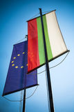 Baner för Bulgarien och för europeisk union mot blå himmel Royaltyfri Bild