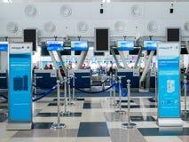 Baner för politik för Malaysia Airlines kabinbagage framme av incheckningsdisken arkivfoton