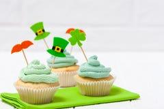 Baner för tema för dag för St Patrick ` s färgrikt horisontal Muffin dekorerade med gröna buttercream- och hantverkfiltgarneringa Arkivbilder