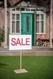 Baner för vit försäljning som står den near farstubron av det nya huset Royaltyfria Foton