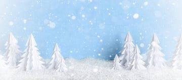 Baner givré de fond minimaliste de Noël d'hiver avec des arbres de livre blanc sur le bleu Photographie stock libre de droits