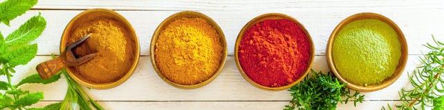 Baner med färgglade kryddor Arkivfoto