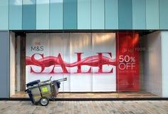 Baner som annonserar en Sale i fönstret av fläckar och Spencer Store Royaltyfri Bild