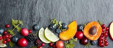 Banerbegrepp med frukter och bär royaltyfri foto