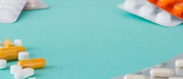 Banerfoto av preventivpillerar, kapslar och medicinblåsapacken Arkivfoto