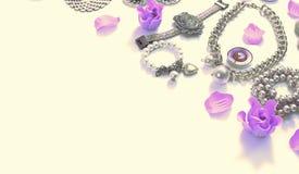 Banersurrealismuppsättning av smycken för kvinna` s i örhängen för kedja för armband för pärla för kamé för tappningstilhalsband  arkivbild