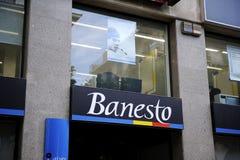 Banesto sitzt auf Bildschirmanzeige draußen Lizenzfreie Stockfotografie