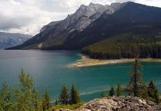 banff加拿大湖minnewanka国家公园 图库摄影