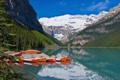 banff独木舟靠了码头Lake Louise国家公园 免版税库存图片