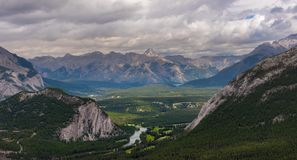 Banff άνωθεν στη νεφελώδη ημέρα, καλοκαίρι, εθνικό πάρκο Banff, Al Στοκ φωτογραφία με δικαίωμα ελεύθερης χρήσης