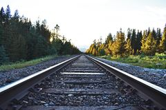Banff, Καναδάς - ηλιοβασίλεμα σιδηροδρόμου Στοκ εικόνα με δικαίωμα ελεύθερης χρήσης