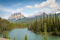 Banff выступает с голубыми skys и рекой Стоковая Фотография RF