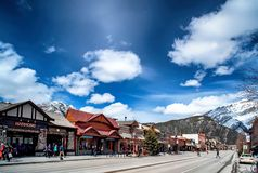 BANFF, КАНАДА - 12-ОЕ АПРЕЛЯ 2018: Занятый бульвар Banff в Banff n Стоковые Фото