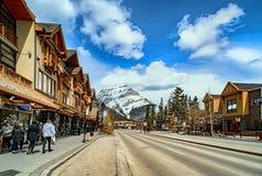 BANFF, КАНАДА - 12-ОЕ АПРЕЛЯ 2018: Занятый бульвар Banff в Banff n Стоковые Изображения RF