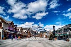 BANFF, КАНАДА - 12-ОЕ АПРЕЛЯ 2018: Занятый бульвар Banff в Banff n Стоковое Изображение RF