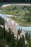BANFF, ALBERTA/CANADA - 7-ОЕ АВГУСТА: Река смычка и nea Hoodoos Стоковые Фото