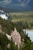 BANFF, ALBERTA/CANADA - 7-ОЕ АВГУСТА: Река смычка и nea Hoodoos Стоковые Изображения RF