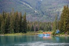 BANFF, ALBERTA/CANADA - 8-ОЕ АВГУСТА: Canoeing nea реки смычка центра Стоковые Фотографии RF