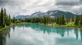 BANFF, ALBERTA/CANADA - SIERPIEŃ 8: Łęk rzeka przy Banff na Sierpień Zdjęcie Royalty Free