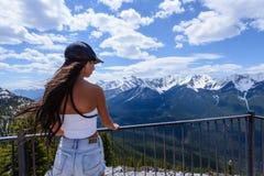 Banff Alberta, Kanada - Maj 23 2017: Ett attraktivt kvinnaanseende på punkten för Banff gondolsikt, medan förbise dalen arkivbild