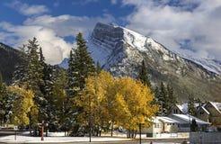 Banff Alberta och snöig berg Rundle royaltyfri foto