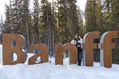 Banff Alberta znak z mężczyzna patrzeje dalej w głębokiej myśli Zdjęcia Stock