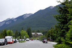 Banff aveny på Maj 28, 2016 i Banff Royaltyfri Fotografi