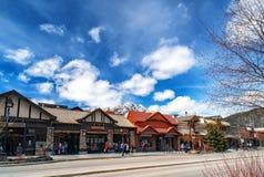 BANFF, CANADÁ - 12 DE ABRIL DE 2018: Avenida ocupada de Banff no Banff N fotografia de stock royalty free