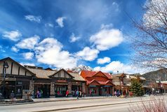 BANFF, CANADA - 12 AVRIL 2018 : Avenue occupée de Banff dans le Banff N photographie stock libre de droits