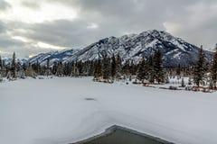 Banff - curva do rio imagens de stock royalty free