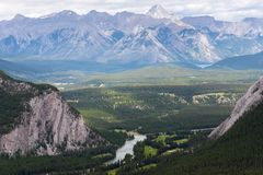 Banff desde arriba en el día nublado, verano, parque nacional de Banff, Al imagen de archivo libre de regalías
