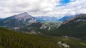 Banff desde arriba en el día nublado, verano, parque nacional de Banff, Al fotografía de archivo