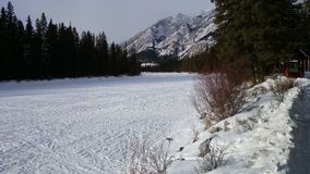 Banff gefrorener Fluss Lizenzfreie Stockfotografie