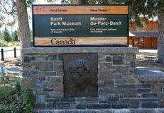 BANFF KANADA - JULI 29, 2014: Det Banff nationalparkmuseet undertecknar in staden av Banff Den Banff nationalparken är den äldsta Royaltyfri Bild