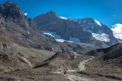 Banff Nationaal Park, Canada - geleden 15de 2017 - Toeristen en plaatselijke bewoners die aan de Gletsjer van Saskatchewan tijden stock fotografie