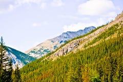 Banff Rocky Mountain et un ciel bleu Image libre de droits