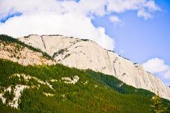 Banff Rocky Mountain et un ciel bleu Photos stock