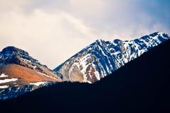Banff Rocky Mountain y un cielo azul imagen de archivo libre de regalías