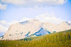 Banff Rocky Mountain y un cielo azul fotos de archivo libres de regalías