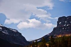 Banff Rocky Mountain y un cielo azul foto de archivo
