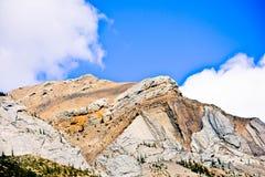 Banff Rocky Mountain y un cielo azul fotos de archivo