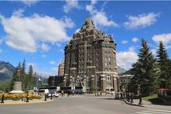 Banff Springs Hotel i de kanadensiska steniga bergen Arkivbild