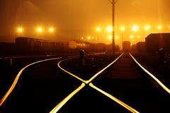 Bangård av järnvägsstationen i natt Fotografering för Bildbyråer