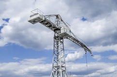 Bang av en konstruktionskran mot den blåa himlen Royaltyfria Bilder